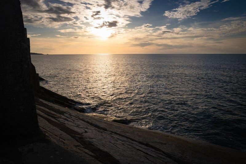 Vista scenica con il tramonto sull'Oceano Atlantico con le rocce in socoa, paese basco, Francia immagine stock libera da diritti