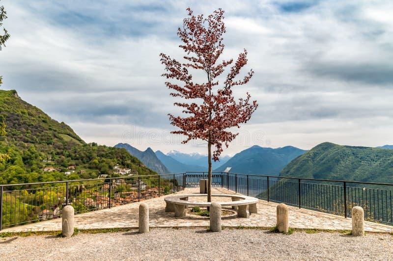 Vista scenica dal terrazzo di Monte Bre sopra il lago di Lugano, Svizzera immagine stock libera da diritti