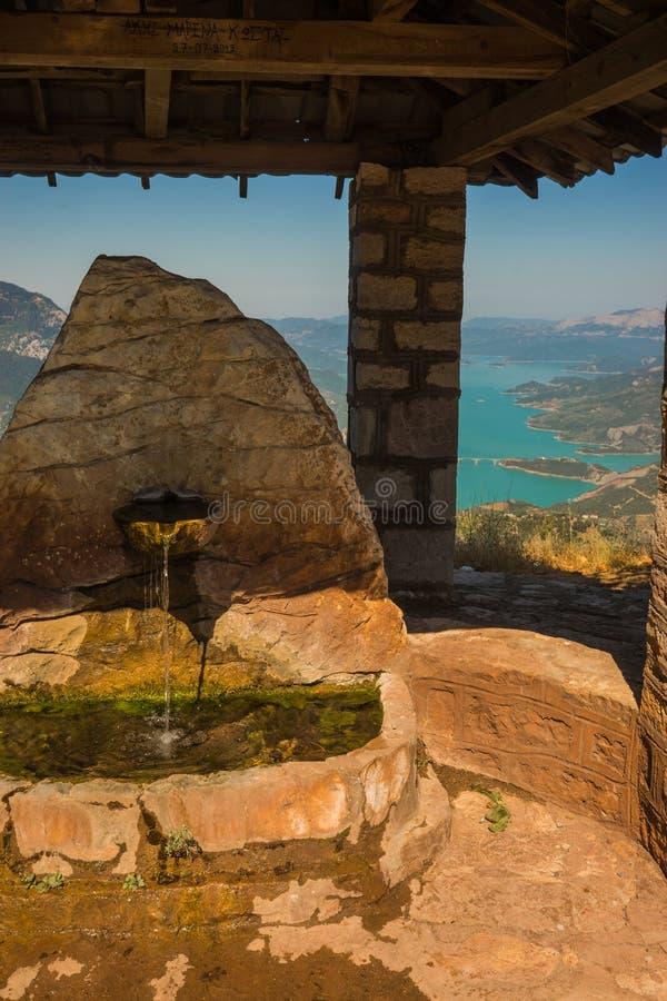 Vista scenica dalla montagna al lago Kremaston, Evritania, Grecia immagine stock