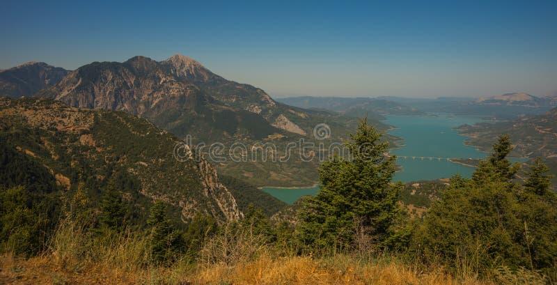 Vista scenica dalla montagna al lago Kremaston, Evritania, Grecia immagini stock