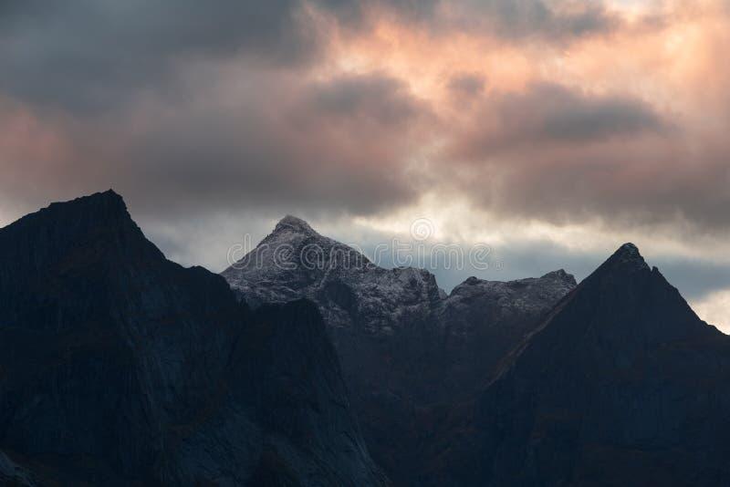 Vista scenica dei picchi di montagna durante il tramonto a Lofoten Islan fotografia stock libera da diritti