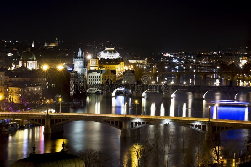 Vista scenica dei ponti sul fiume della Moldava e del centro storico di Praga nella notte immagine stock libera da diritti