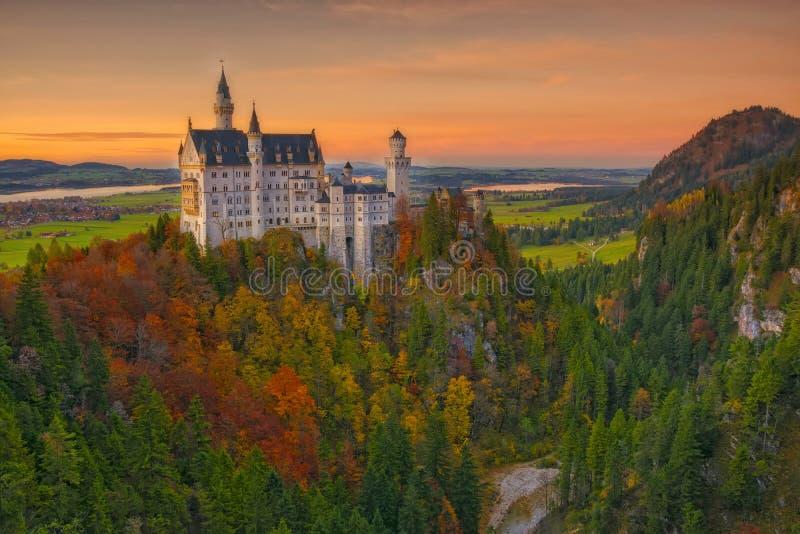 Vista scenica del castello del Neuschwanstein al tramonto immagini stock libere da diritti