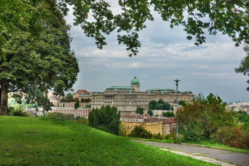 Vista scenica del castello di Buda dal parco verde Budapest, Ungheria fotografia stock