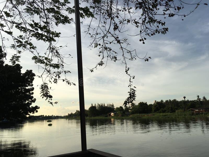Vista scenica del fiume al tramonto, Nakorn Chaisri, Tailandia fotografia stock