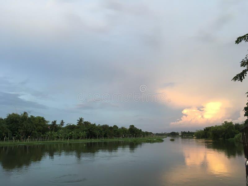 Vista scenica del fiume al tramonto, Nakorn Chaisri, Tailandia fotografia stock libera da diritti
