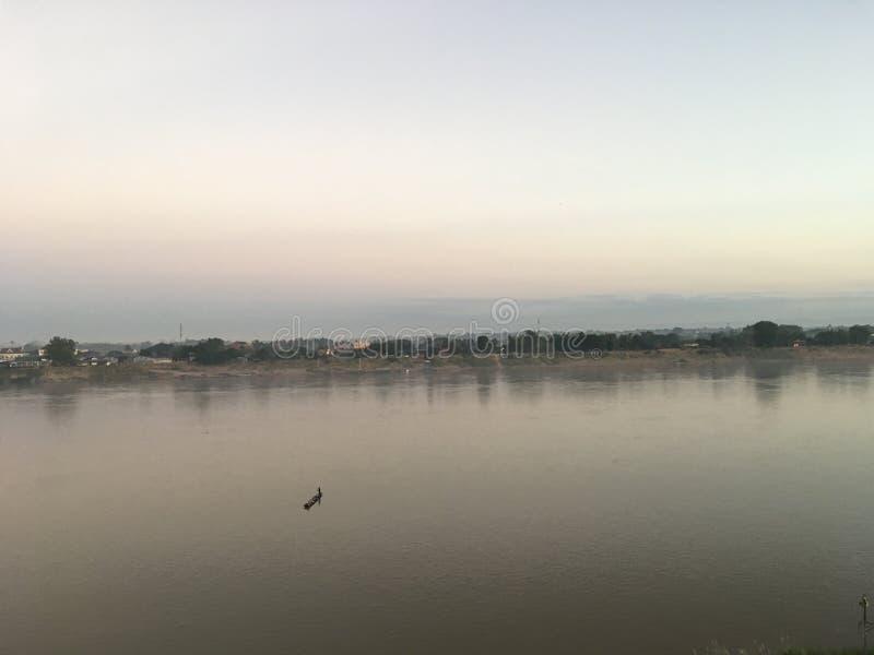 Vista scenica del fiume di Mekhong con una piccola barca in Nong Khai, Tailandia fotografie stock libere da diritti