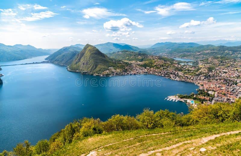 Vista scenica del lago di Lugano e della città di Lugano da Monte Bre, Svizzera immagine stock