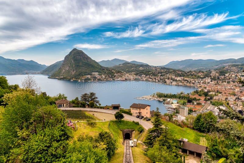 Vista scenica del lago di Lugano e della citt? di Lugano da Monte Bre, Svizzera immagini stock libere da diritti