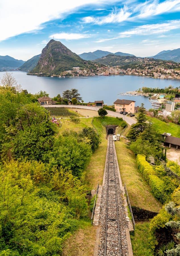 Vista scenica del lago di Lugano e della citt? di Lugano da Monte Bre, Svizzera fotografia stock