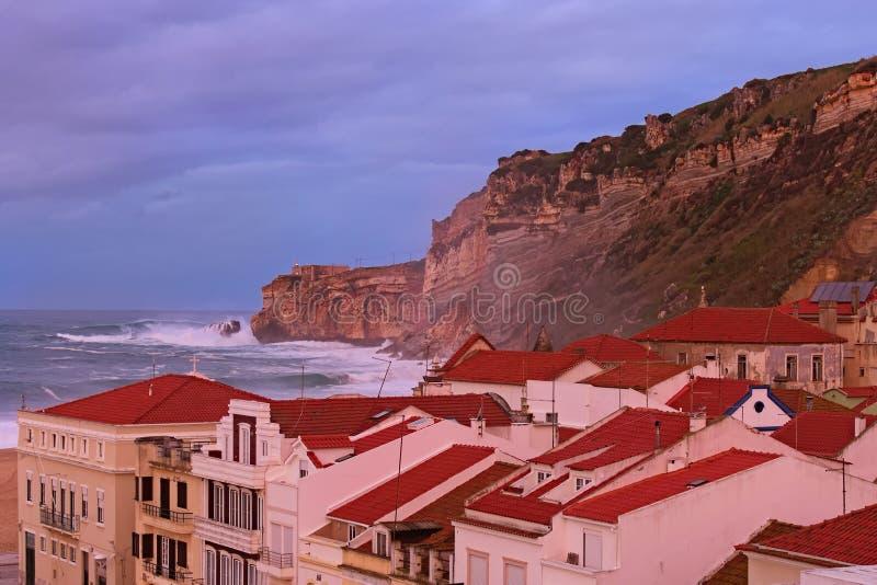 Vista scenica del paesaggio di mattina della tempesta nell'Oceano Atlantico vicino a Nazare Grandi frangiflutti circa la scoglier fotografia stock libera da diritti