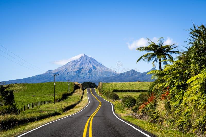 Vista scenica del supporto Taranaki nel parco nazionale di Egmont in Nuova Zelanda fotografia stock libera da diritti