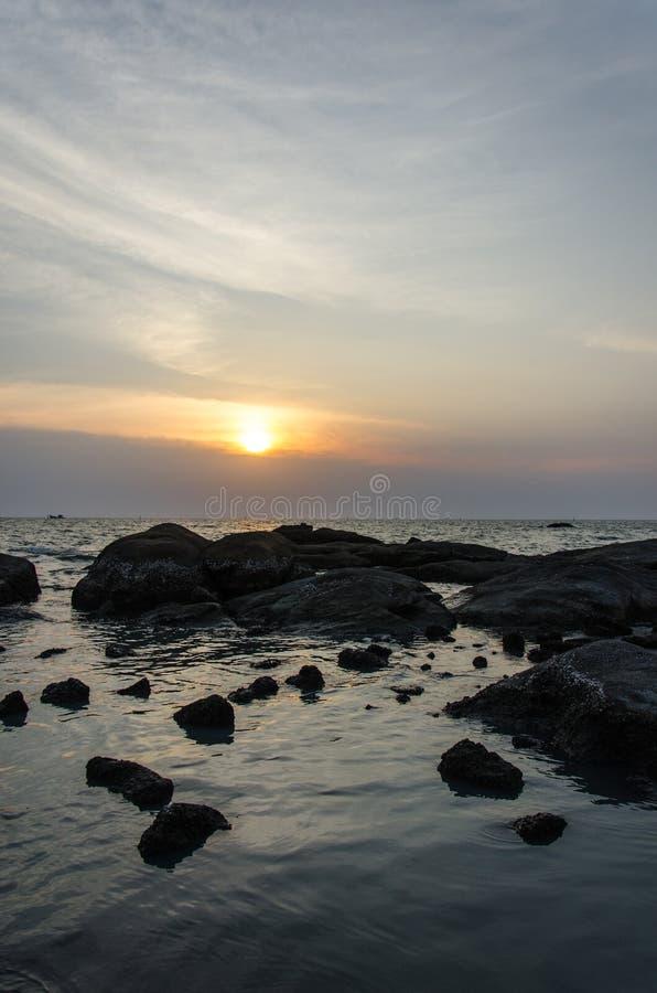 Vista scenica del tramonto sopra il mare immagine stock