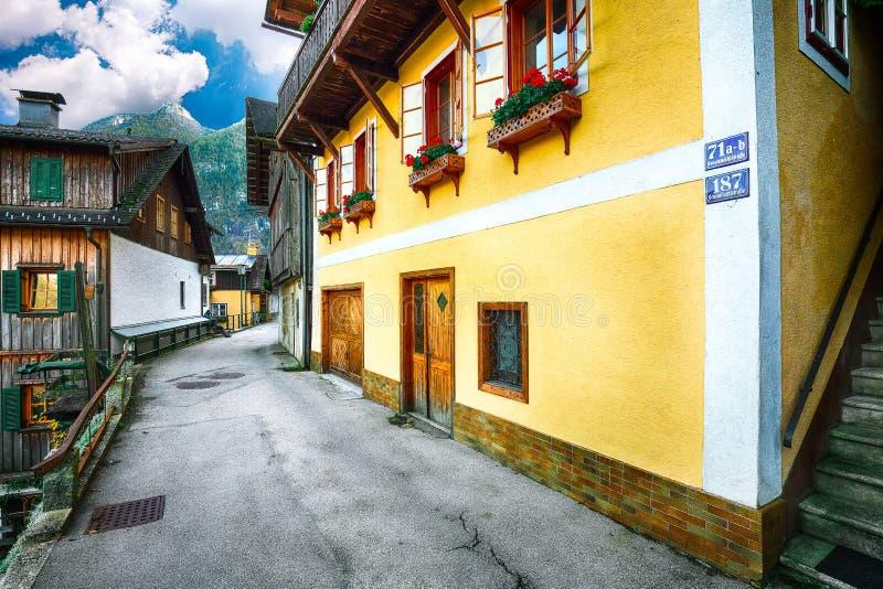 Vista scenica del viilage famoso di Hallstatt Alpino austriaco tipico immagine stock libera da diritti