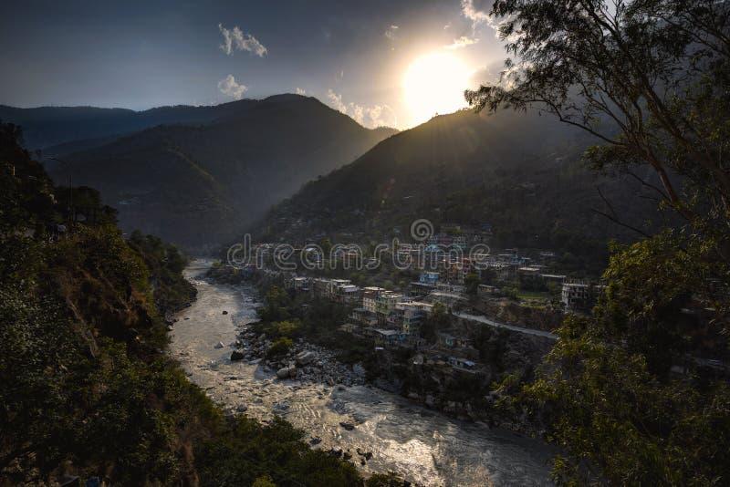 Vista scenica del villaggio lungo la sponda del fiume a Rampur Bushahr, Himachal Pradesh, India fotografia stock