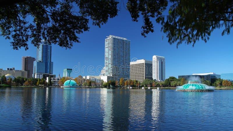 Vista scenica dell'orizzonte di Orlando del centro come visto dal parco di Eola del lago immagine stock libera da diritti