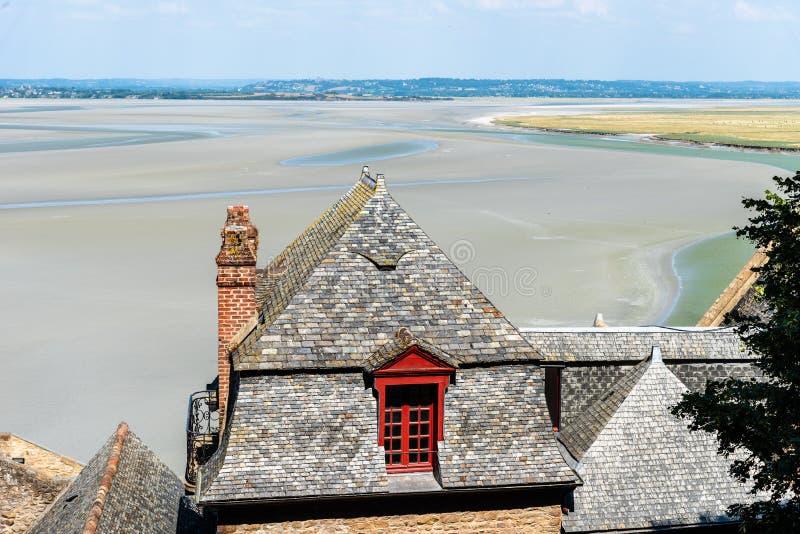 Vista scenica della baia di Mont Saint Michel a bassa marea fotografia stock libera da diritti