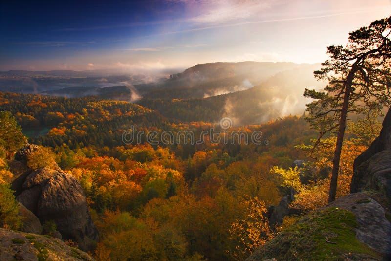 Vista scenica della catena montuosa di autunno fotografie stock libere da diritti