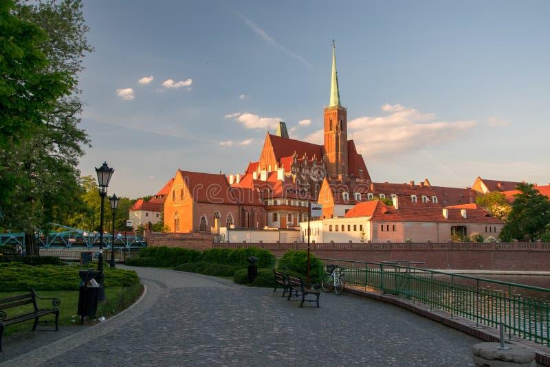 Vista scenica della chiesa di St Bartholomew sull'isola di Tumski alla luce di tramonto Wroclaw, Polonia fotografie stock libere da diritti