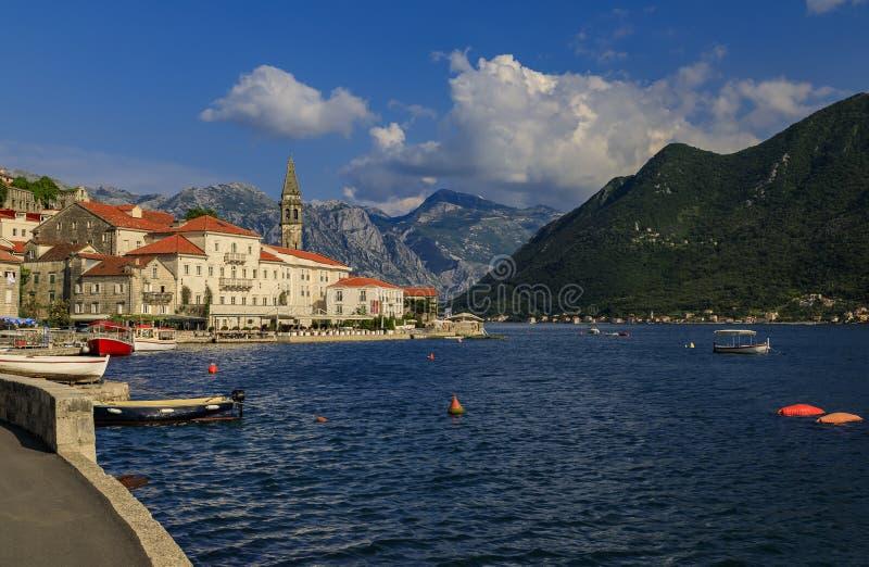 Vista scenica della città storica perfetta della cartolina di Perast nella baia di Cattaro un giorno soleggiato di estate, Monten immagini stock