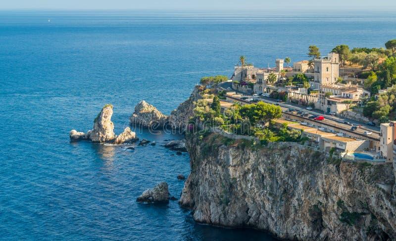 Vista scenica della linea costiera di Taormina, provincia di Messina, Sicilia, Italia del sud fotografia stock