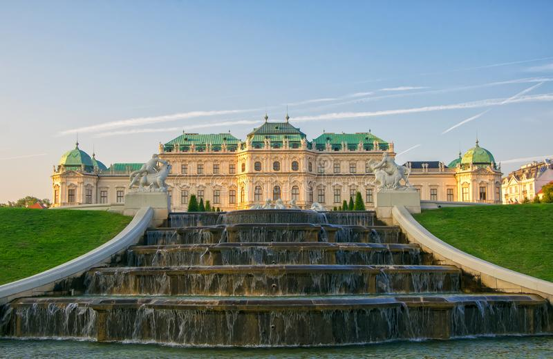 Vista scenica della residenza famosa di estate di belvedere di Schloss per principe Eugene della Savoia, Vienna, Austria immagine stock
