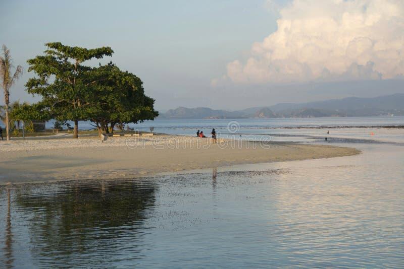Vista scenica della spiaggia dell'isola di Kanawa all'Indonesia Kanawa è una piccola bella isola tropicale, completamente circond immagine stock