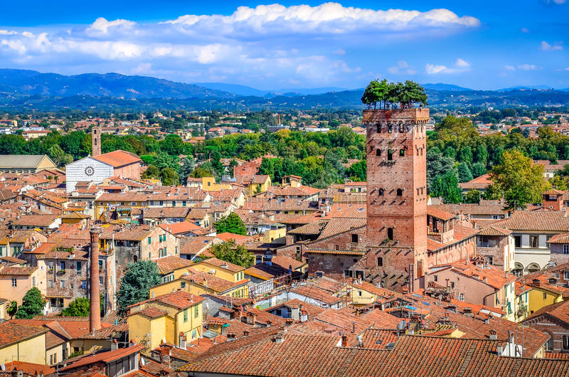 Vista scenica della torre di Guinigi e di Lucca fotografie stock