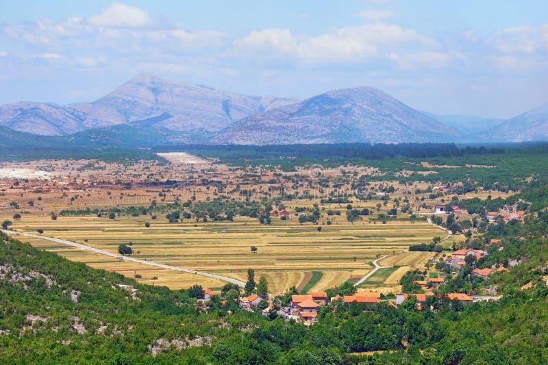 Vista scenica della valle della montagna in Bosnia-Erzegovina fotografia stock