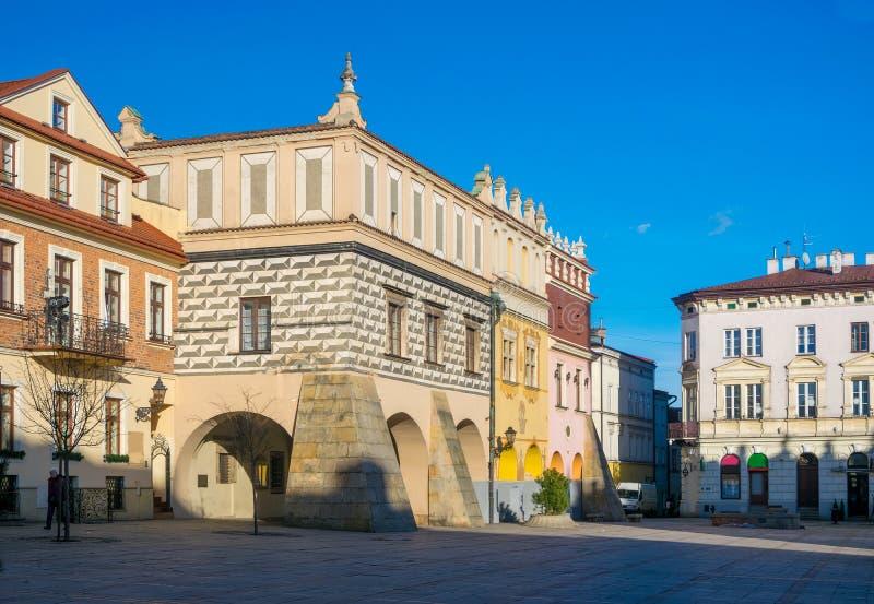 Vista scenica delle case in affitto di rinascita sul quadrato del mercato di vecchia città in Tarnow, Polonia fotografia stock libera da diritti