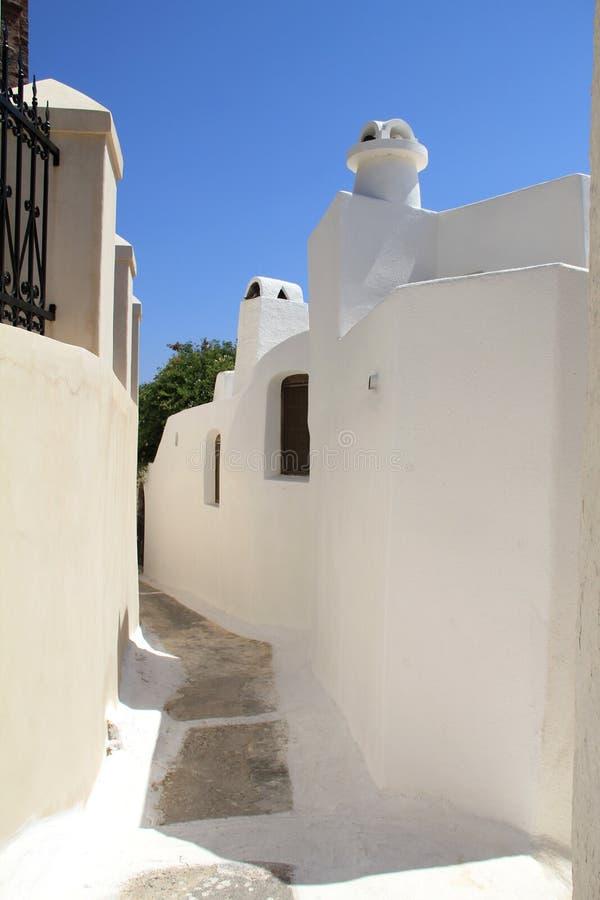 Vista scenica delle case e del cielo blu bianchi cycladic tradizionali nel villaggio di OIA, isola di Santorini, Grecia fotografia stock libera da diritti