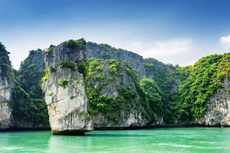 Vista scenica delle isole della colonna e di morfologia carsica della roccia nella baia di lunghezza dell'ha immagini stock