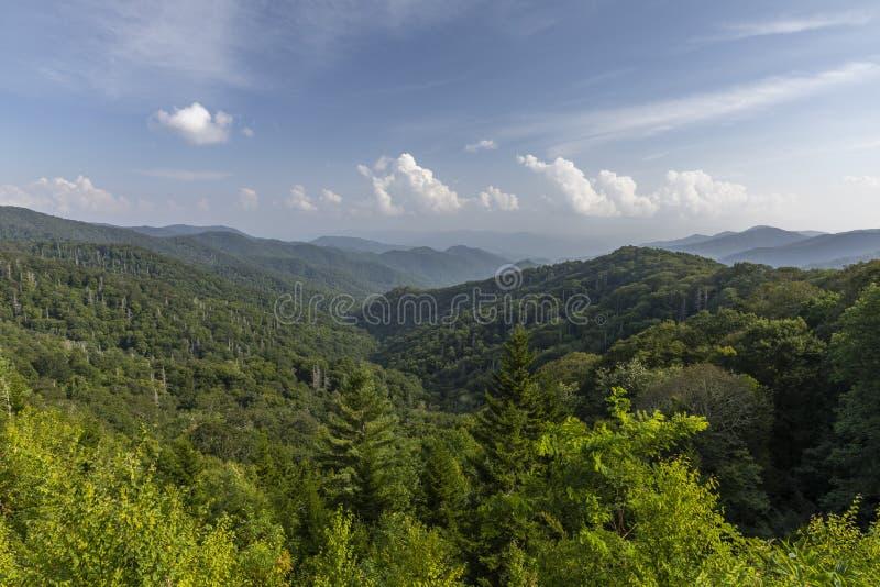 Vista scenica delle montagne fumose fotografie stock