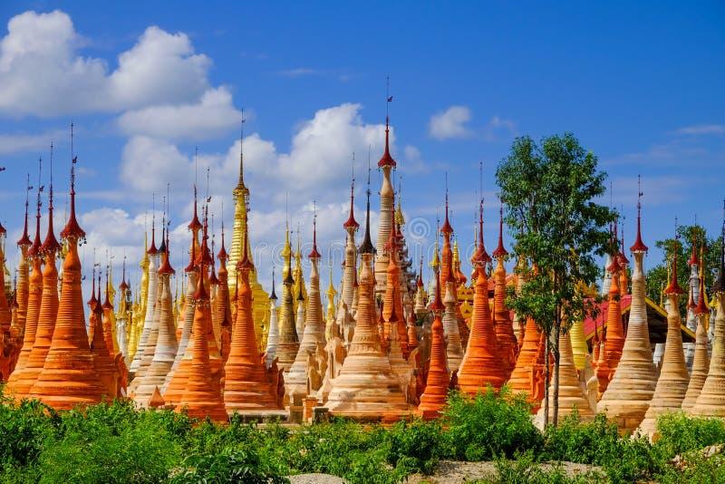 Vista scenica delle pagode del colorufl nel villaggio di Indein, lago Inle fotografia stock libera da diritti