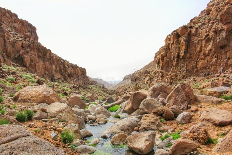 vista scenica delle scogliere della montagna e di un fiume di stoney nel mezzo fotografie stock