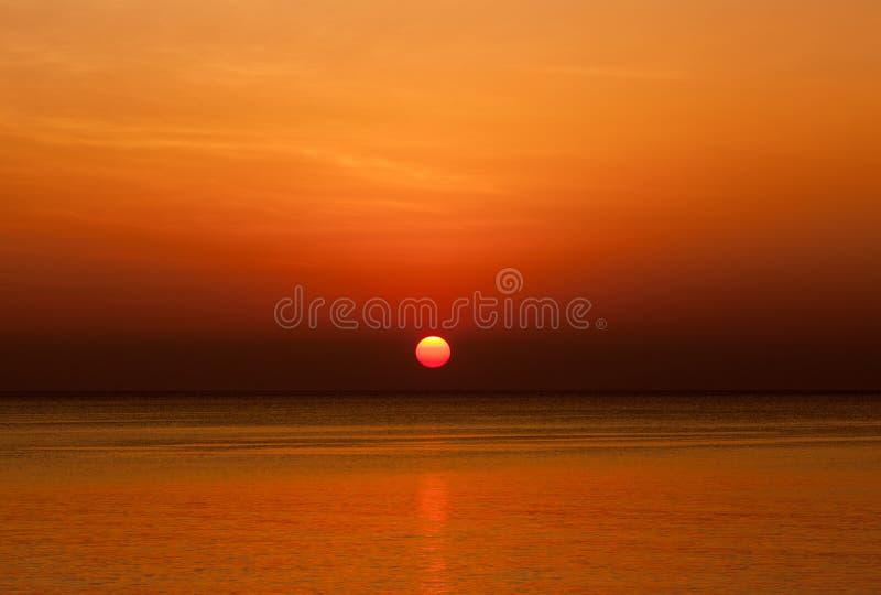 Vista scenica di bello tramonto sopra il mare immagine stock libera da diritti