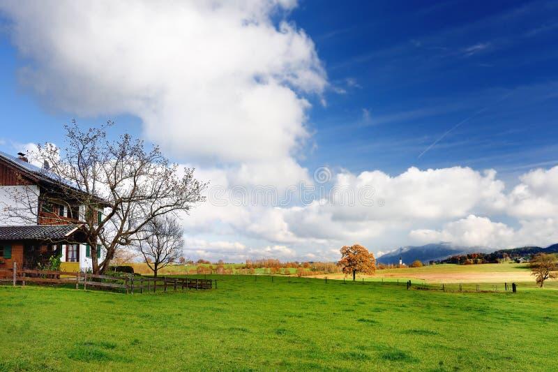 Vista scenica di lansdcape bavarese tipico con cielo blu nuvoloso il giorno soleggiato di autunno immagine stock libera da diritti
