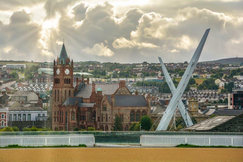 Vista scenica di Londonderry, con la sede di corporazione ed il ponte di pace, l'Irlanda del Nord immagine stock