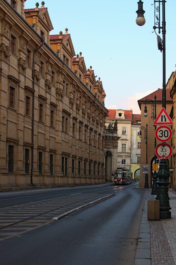 Vista scenica di mattina della via di Krizovnicka con il tram solo Via vuota senza automobili e turisti fotografia stock libera da diritti
