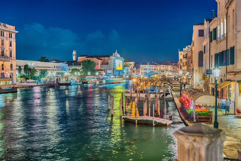 Vista scenica di notte di Grand Canal a Venezia, Italia fotografie stock
