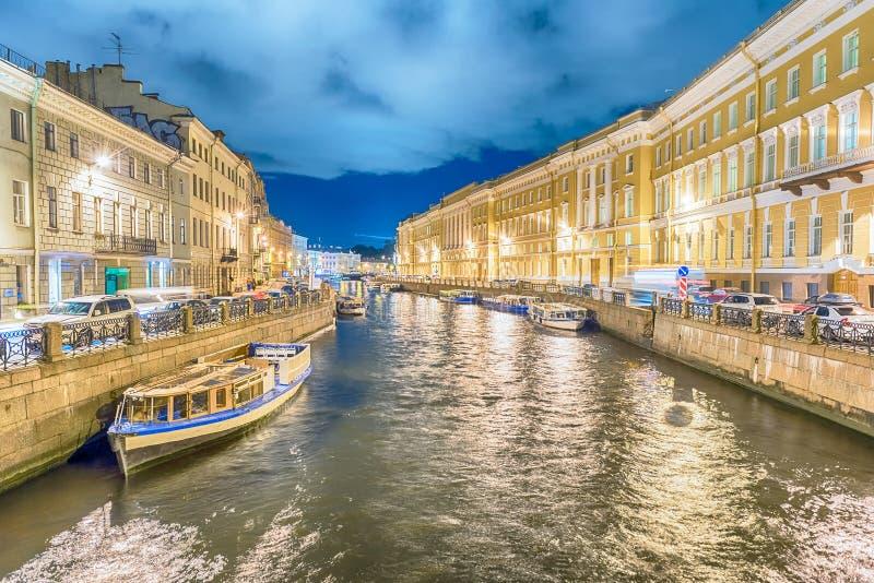 Vista scenica di notte sopra l'argine del fiume di Moyka, St Petersburg, R fotografia stock