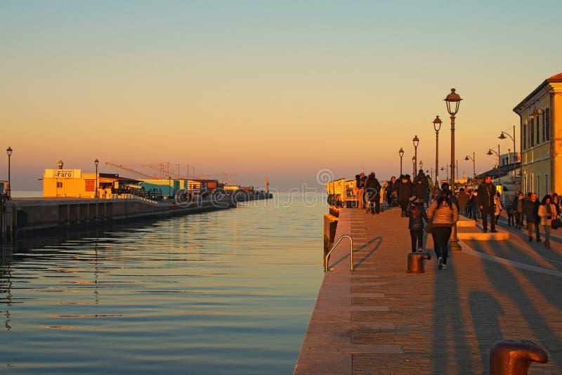 Vista scenica di tramonto a Cesenatico Oporto Canale La gente sta passeggiando lentamente lungo il canale fotografia stock libera da diritti