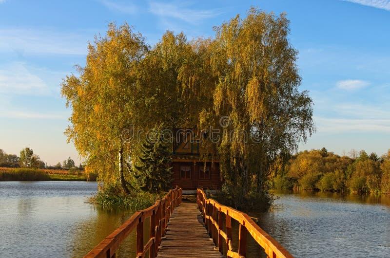 Vista scenica di vecchia casa abbandonata in mezzo al lago Paesaggio di mattina di autunno Villaggio di vecchio Solotvin fotografia stock