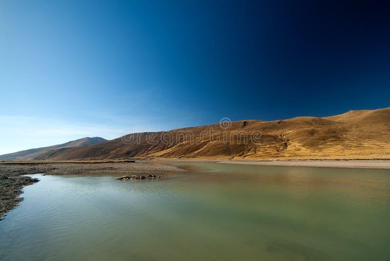 Vista scenica di Yarlung Tsangpo la corrente superiore del Brahmaputra fotografie stock