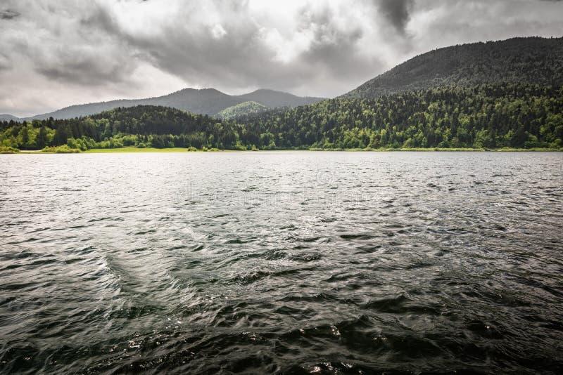 Vista scenica drammatica sul bello cerknica intermittente del lago, con acqua, stagione primaverile, Slovenia immagini stock libere da diritti