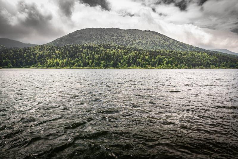 Vista scenica drammatica sul bello cerknica intermittente del lago, con acqua, stagione primaverile, Slovenia fotografia stock
