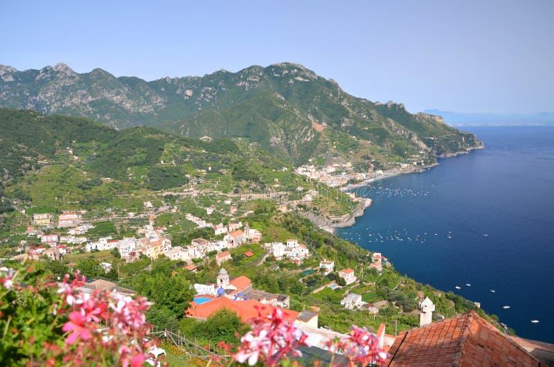 Vista scenica impressionante del maiori della città su Amalfi co fotografie stock