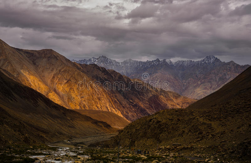 Vista scenica incredibile del percorso dell'alta montagna nella gamma di Ladakh, Le immagine stock