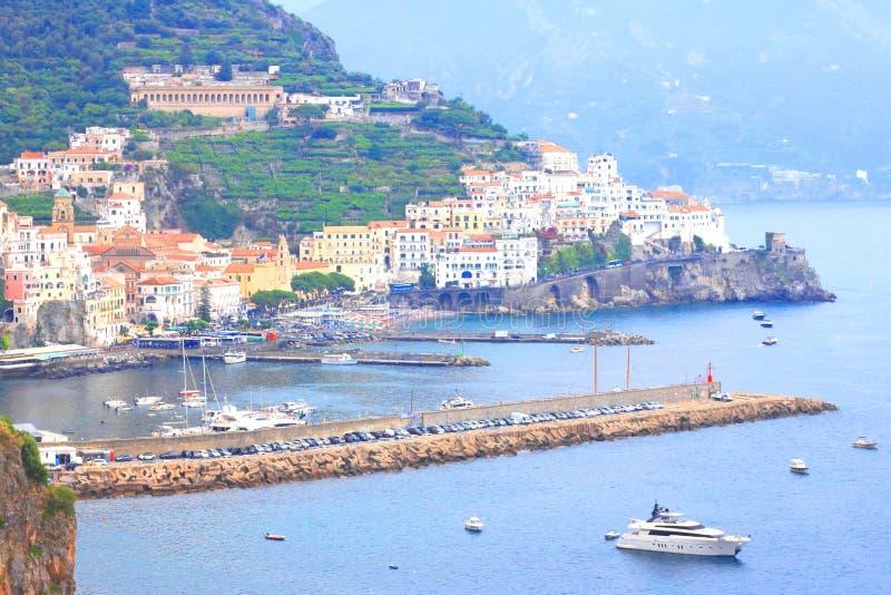 Vista scenica panoramica della costa di Amalfi, campania, Italia, di estate con architettura italiana tradizionale, bello bl fotografia stock