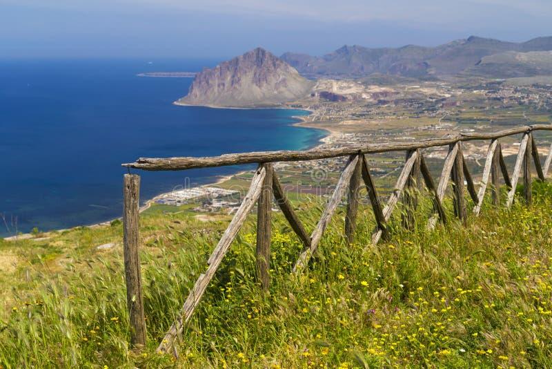 Vista scenica su Monte Cofano in Erice, durng della Sicilia, Italia un il chiaro giorno soleggiato immagine stock libera da diritti